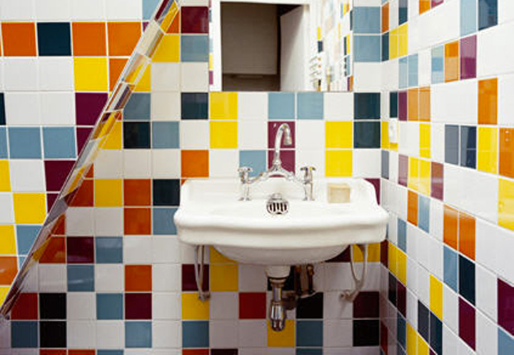 Nuove tendenze bagno osare con colori e materiali pj for Mattonelle per bagno